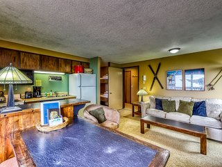 Cozy mountain condo with shared hot tub & sauna - ski to lifts, lodge, & slopes!