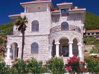 Luxury appartamento direttamente sul mare nella villa con spriaggia privata