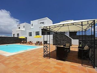 4 bedroom AC villa with beautiful mountain views & 2 gardens. Gated pool area.
