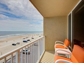 Sunny & Bright 4th Floor OceanFront Studio-Private Balcony & Stunning Views! Poo
