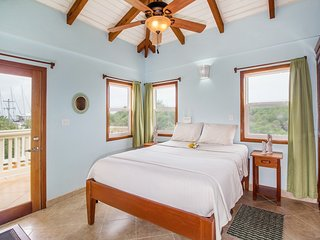 Private and serene. 8 guests, sunset/lagoon views, walk to beach