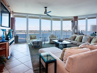 Beautifully Furnished Poolside Condo--Ideal for a Big Group of Friends or Family