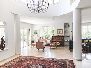 Large villa in the suburbs of Tel Aviv close to the convention center