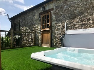 200 year old cottage in beautiful rural setting, outskirts Cardiff with hot tub
