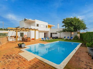 3 bedroom Villa w/ pool and a range of amenities.