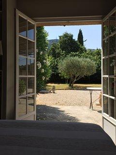 Chambre lilas vue sur jardin