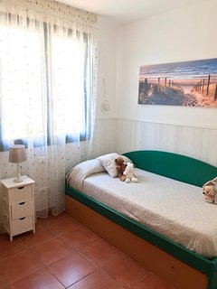 Dormitorio con cama nido