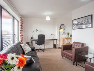 Bright, Central 2-bed Penthouse with Parking/Balcony/Stunning River and City