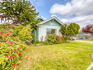 Charming dog-friendly cottage w/ enclosed yard - walk to the beach!