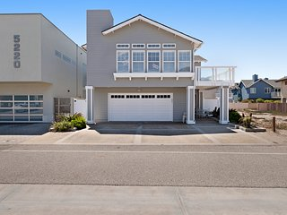Oceanview beach home w/ a gas fireplace & full kitchen - close to the shore!