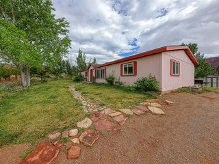 Charming, dog-friendly home w/ a full kitchen - come see Arches National Park!