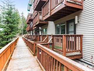 Dog friendly condo w/ private balcony, mountain/forest views - walk to lifts!