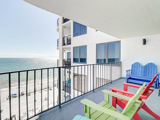 Private balcony w/ emerald ocean views - beach service available!