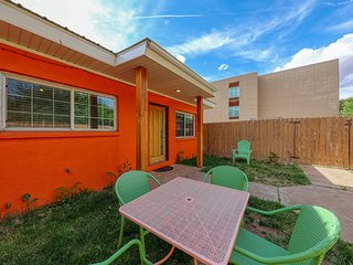 Condo right downtown w/ patio & shared hot tub - 5 miles to Arches!