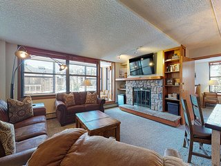 Family condo w/ private sunroom, kitchen, & shared hot tub - walk to lift!