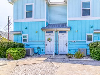 Modern townhome w/patio & shared pool/playground - close to beach!
