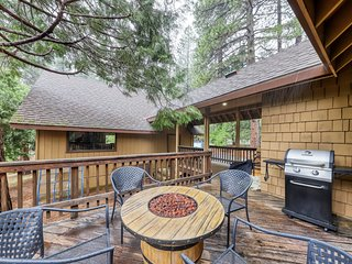 Dog-friendly quintessential cabin in the woods w/shared pool, gym, tennis!