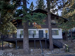 Cozy cabin w/ a fireplace, deck, & shared tennis - close to skiing - dogs OK!