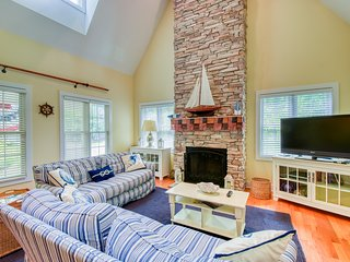 Light House - Fireplace, screened in porch, & shared pool!