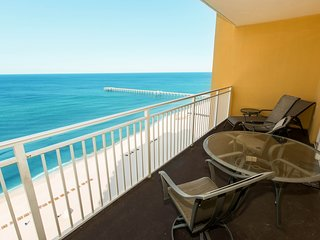 Waterfront condo w/ shared grills, pool, & fitness center - walk to the beach!