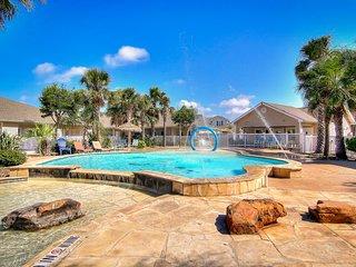 Beautiful townhouse w/shared pool, patio-short walk to beach!