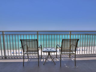Cozy corner condo w/ beach views plus a shared pool, fitness room, & gym