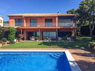 Espaciosa villa con piscina y fantásticas vistas al mar.