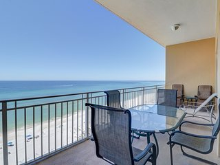 3BR waterfront condo w/ beach access - pool, gym & grills on-site!