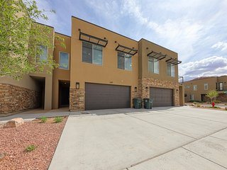 New condo w/ shared pool & hot tub - close to downtown and Arches!
