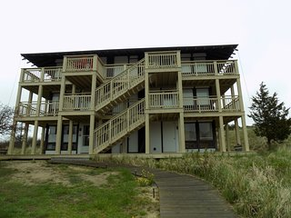 Charming, waterfront studio condo w/ direct beach access - close to town!