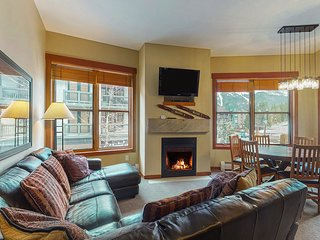 Quaint condo w/private balcony, shared hot tub & fitness center - Walk to lifts