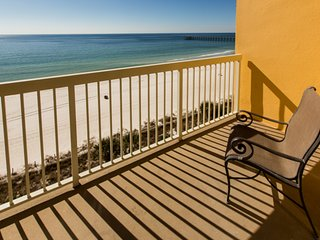 Sunny & bright waterfront getaway w/ shared pools, gym, & beach access