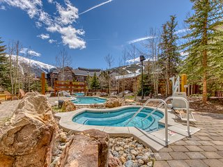 Charming condo w/shared hot tub, pool & gym - Walk to ski and dining!