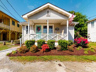 Family friendly, oceanview home w/ a furnished porch, full kitchen - near beach!