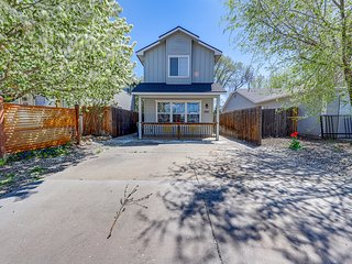 Dog-friendly house with enclosed yard & bikes - close to parks & downtown!