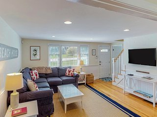 Renovated cottage w/ spacious patio & outdoor shower, close to town/beach!