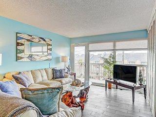 Cozy condo w/ a shared pool, hot tub, & easy beach access