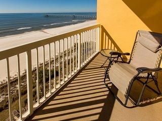 Waterfront condo w/ shared pools, a gym, Tiki bar, & convenient beach access