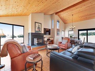 Oceanview home w/ private hot tub, shared pool & sauna - close to Bluff Trail!
