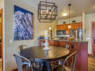Upgraded condo with shared pool and spa, near skiing, hiking, and biking