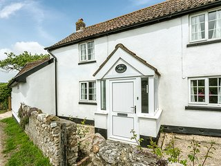 Lilac cottage in E.Devon,near Lyme Regis,pet friendly,garden,parking,pub nearby