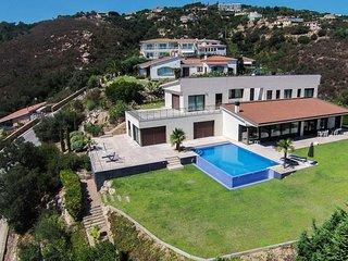 Hermosa villa de nueva construcción con excelentes vistas.