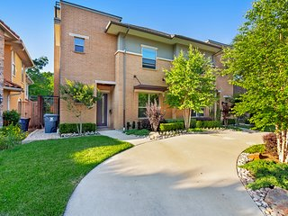 NEW LISTING! Serene condo in the heart of Dallas w/ a full kitchen