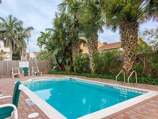 Charming condo w/ shared pool, balcony - Close to beach!
