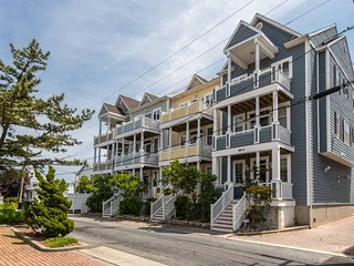 Bay view townhome w/ balconies, fireplace & garage - great downtown location!