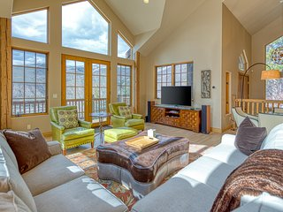 Family friendly home w/ a furnished deck, Ping-Pong, gas fireplace, on-site golf