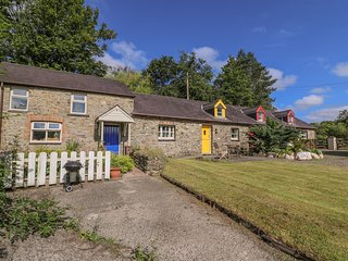 THE HOBBLE, pet-friendly, country holiday cottage, with a garden in Llandysul