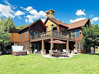 Expansive Custom-Built Mountain Retreat: Hot Tub, Spacious Deck, Alpine Views