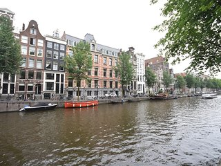 PRESTIGUIOUS CANAL HOUSE WITH CANAL VIEWS