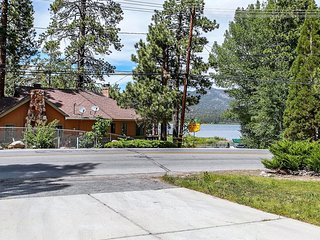 Lakeview Fishing House 3 BR Walk To Village Chalet